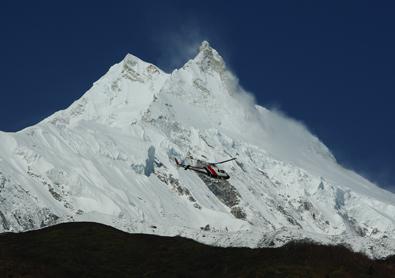 Approche d'un hélicoptère pour son atterrissage à Samagaon au pied du Manaslu.