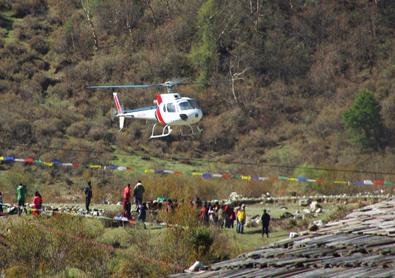 Arrivée d'un hélicoptère à Samagaon