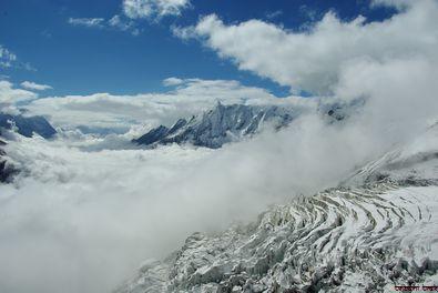 Mauvais temps arrivant sur le camp de base du Manaslu et le glacier